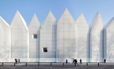 Completed in September 2014 and honoured last May with the prestigious Mies van der Rohe Award, the new concert hall in the northwestern city of Szczecin by the Barcelona-based duo Barozzi Veiga stands on the site of the former German Konzerthaus, a casualty of the Second World War
