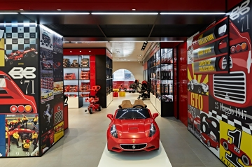 Users can choose from one in five different circuits (Monza, Imola, Mugello, Silverstone and Nürburgring), while HD screens literally wrap 180 degrees around them, delivering ultra-realistic graphics