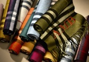 The Burberry Scarf Bar is available in stores around the world and online with a selection of over 30 colors, classic and lightweight cashmere, including the traditional iconic hue - camel, stone, gray, navy blue and red parade.
