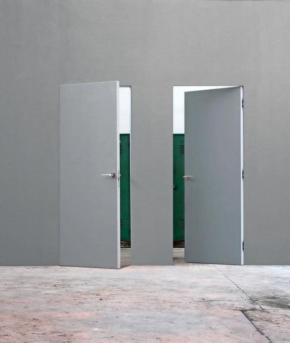The Eclipse Syntesis® Line, is a door with an aluminum frame, reinforced with a hollow core. Suitable for use in masonry walls and plasterboard, the door opening allows for push or pull. eclisse.it