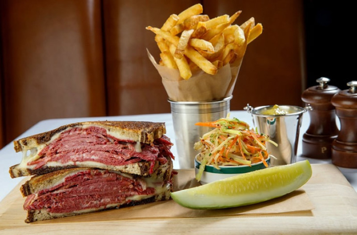 Pastrami on Rye with chips and pickle wedge – Classic!