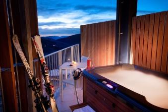 QT-Falls-Creek-Balcony-with-Hot-Tub