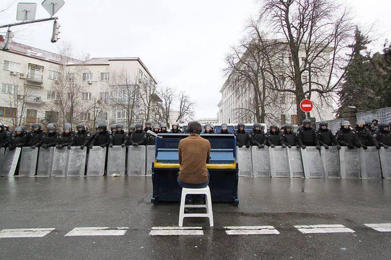 man-sits-playing-piano-to-riot-police-ukraine-e28093-december-2013