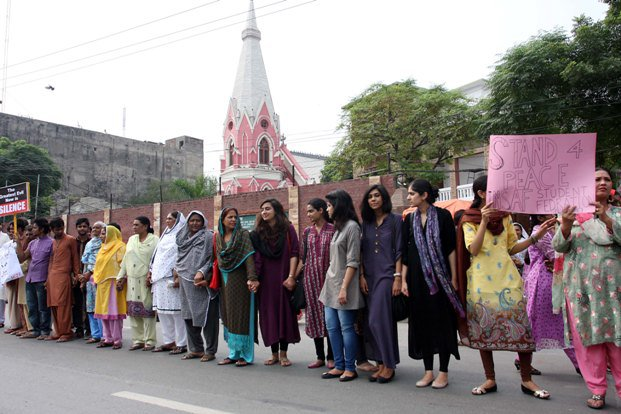 october-2013-pakistan-1-muslims-form-human-chain-to-protect-christians-during-lahore-mass