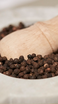 Peppercorns in Pestle & Mortar (photo: courtesy Pitti Taste)